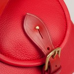 Red bridle leather fastening on the Strathearn saddlebag